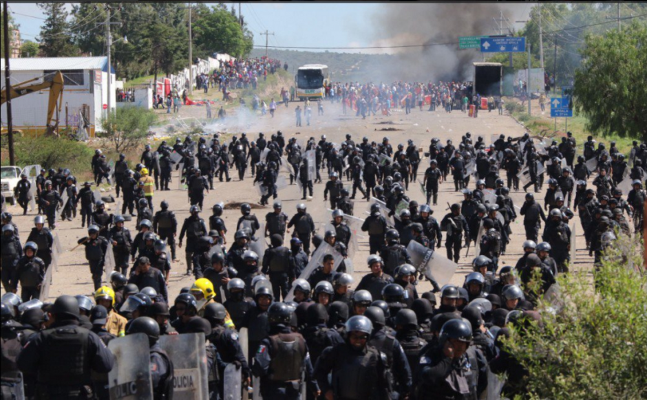 Durante todo el domingo se vivió una batalla campal en Oaxaca, México. (Foto: El País/EFE)