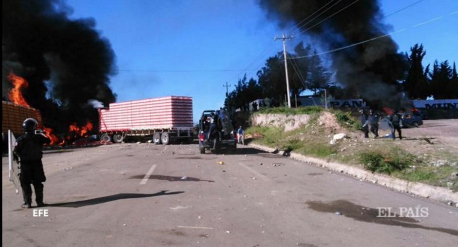 Columnas de humo se dejaban ver a varios metros de distancia. (Foto: Twitter)