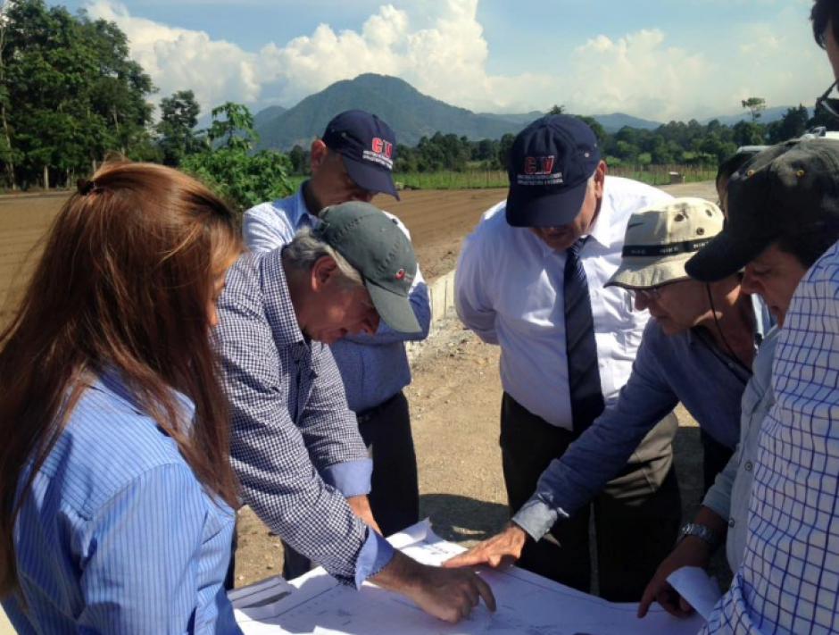 El ministro viajó a Chimaltenango para conocer el avance de las obras. (Foto: CiV)