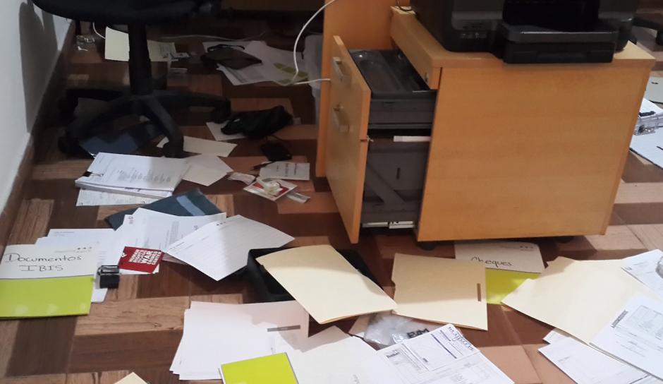 Tres atacantes armados entraron en la oficina en busca de expedientes. (Foto: Impunity Watch)