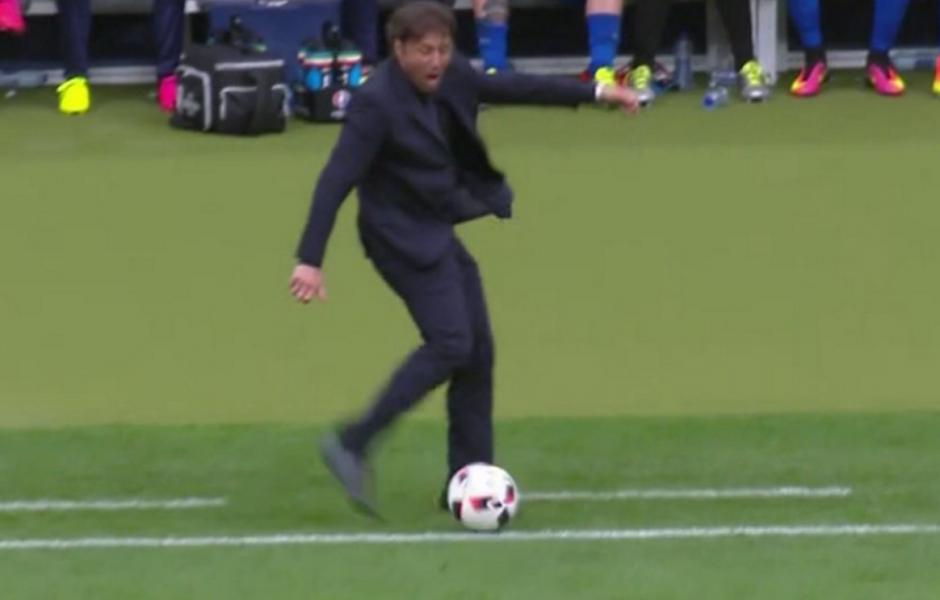 El técnico italiano, Antonio Conte, vivió de manera intensa el duelo ante España, por los octavos de final. Hasta pateó una pelota en medio partido. (Foto: Captura de imagen)