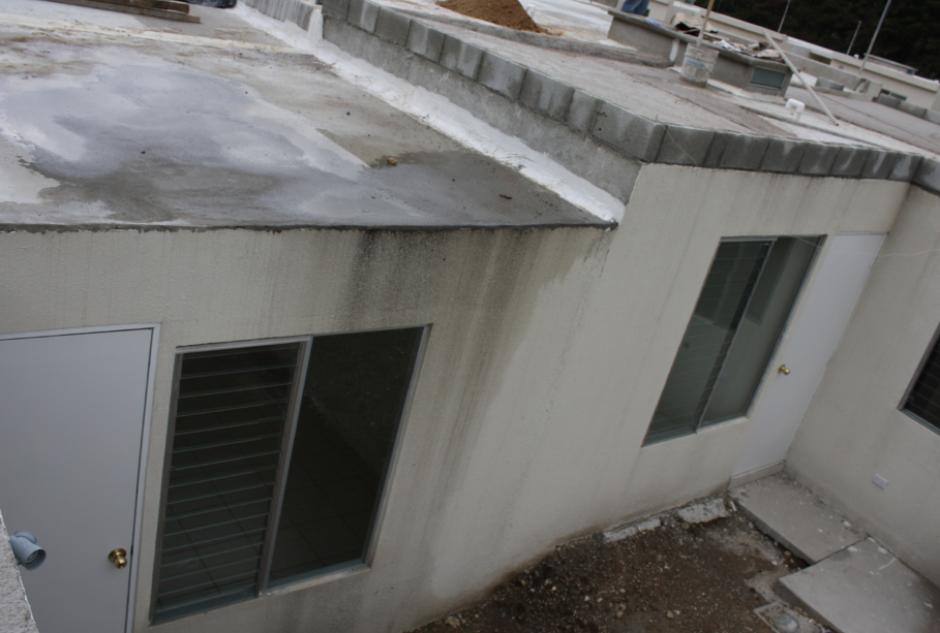 El estado de abandono de las casas terminadas provoca que se vean con grietas y humedades. (Foto: PDH)
