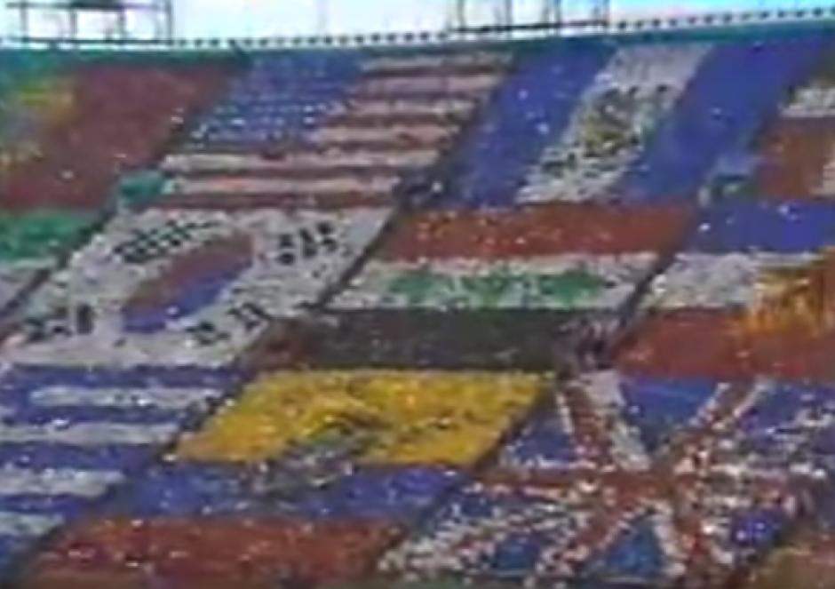 En la inauguración el estadio formó un mosaico con las banderas de los países. (Foto: Youtube)