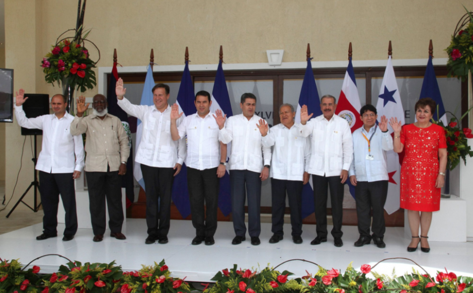 En la foto oficial faltan los presidentes de Nicaragua y Costa Rica que se ausentaron en la cumbre. (Foto: Gobierno)