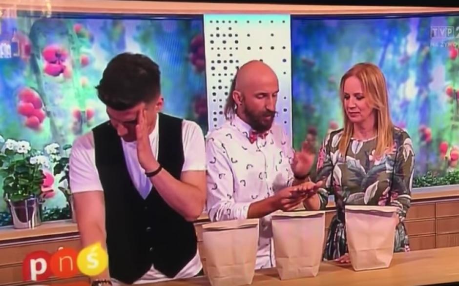 La presentadora tenía que elegir entre las tres bolsas. (Foto: Youtube)