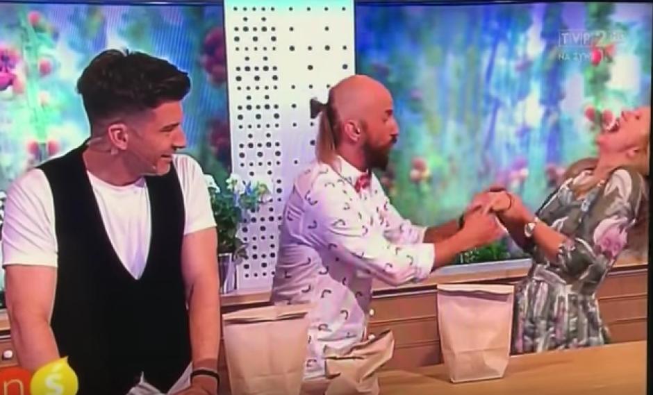 El programa matutino de la televisión polaca tuvo un accidente en directo. (Foto: Youtube)