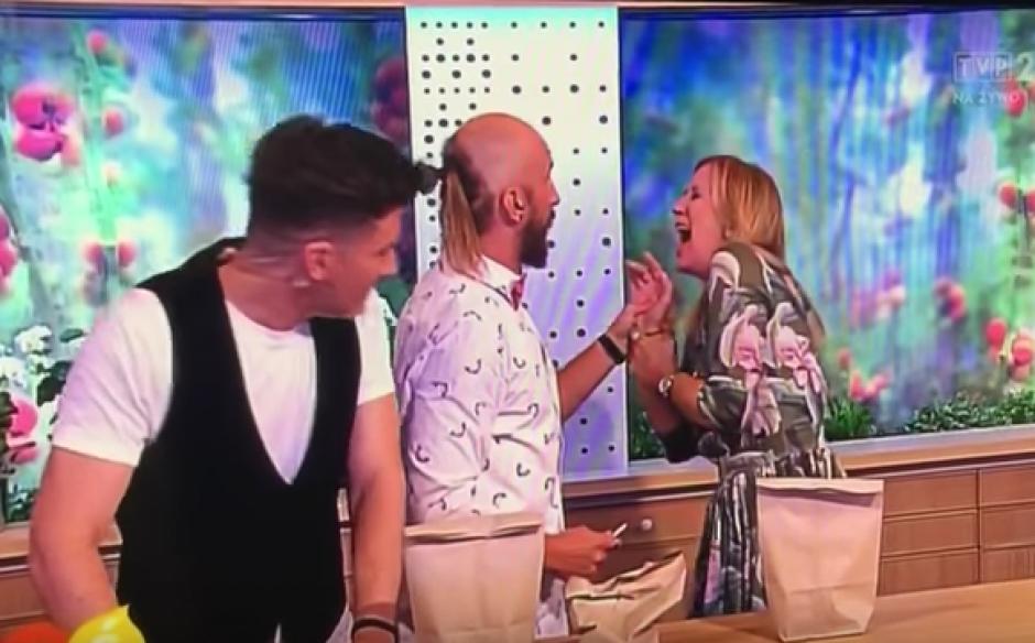 La presentadora gritó de dolor al incrustarse el clavo. (Foto: Youtube)