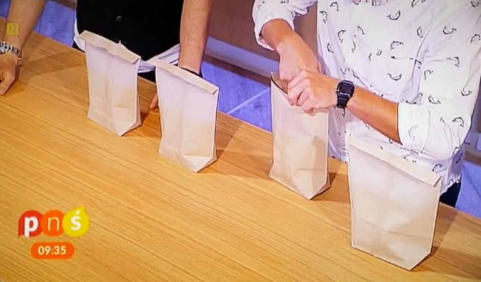 El truco consiste en aplastar las bolsas y evitar la que tiene un clavo. (Foto: Vimeo)
