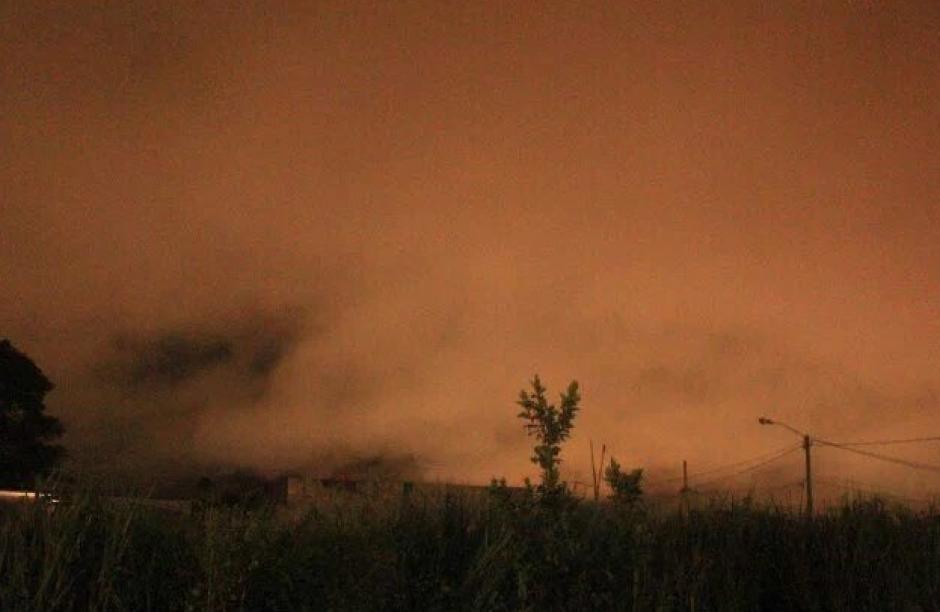 Esta imagen se volvió viral sobre una nube rojiza en Escuintla. (Foto: Tránsito PNC)