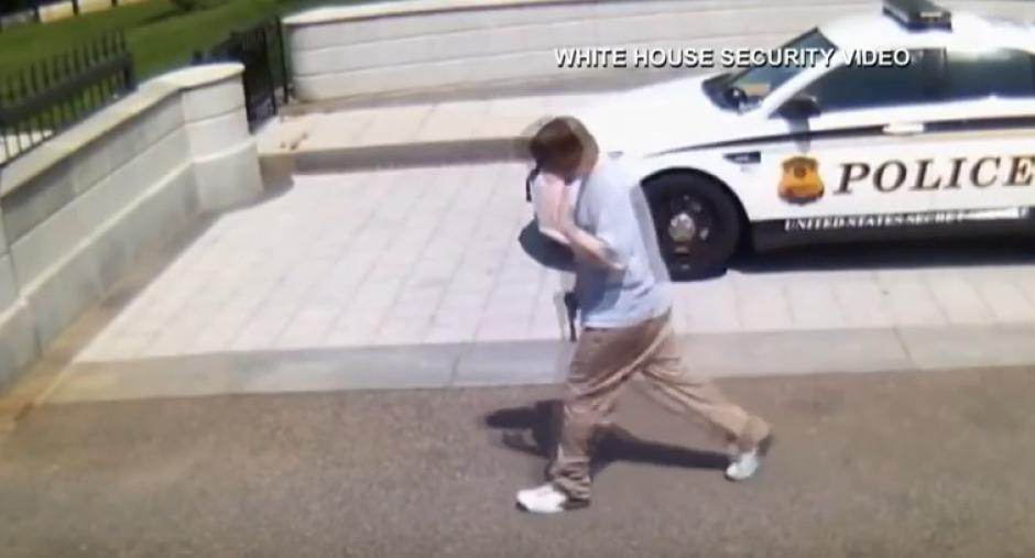 El atacante, identificado como Jesse Olivieri, portaba un arma. (Foto: Youtube)