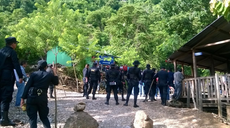 Autoridades intentan mantener un diálogo pacífico para realizar el desalojo. (Foto: MinGob)