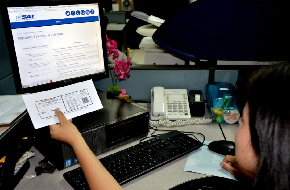 La nueva calcomanía contiene más datos del contribuyente. (Foto: SAT)