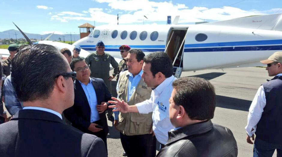 Jimmy Morales llegó en la avioneta privada. (Foto: Presidencia)