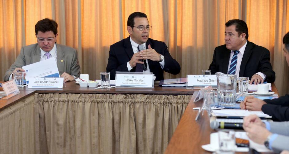También se le vio en una reunión con el Ministro de Finanzas y el INE. (Foto: Gobierno)