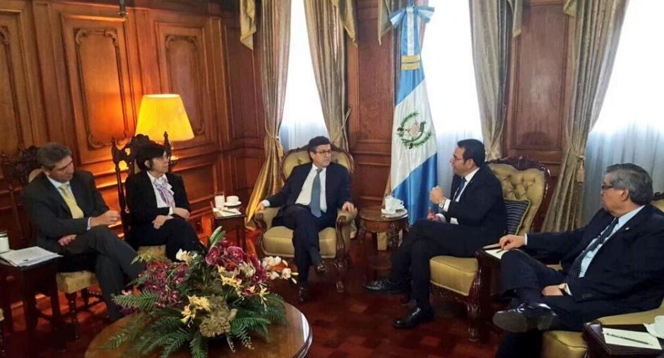 El presidente del BID, Luis Alberto Moreno, viajó hasta Guatemala para reunirse con Jimmy Morales. (Foto: