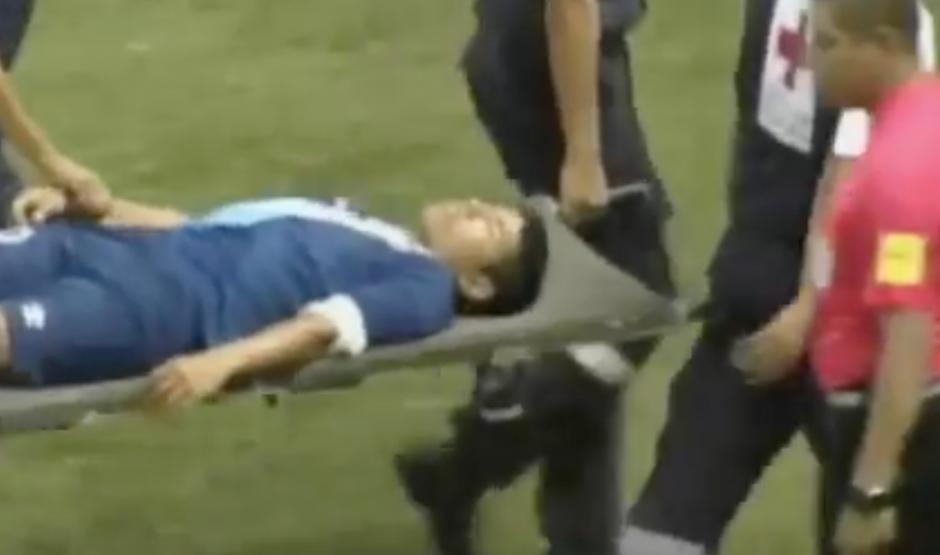 Pedro Altán abandonó el terreno de juego en camilla tras un fuerte choque en su cabeza. (Foto: Captura de imagen)