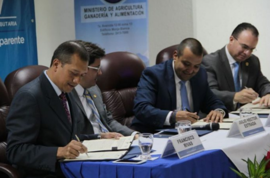 Diferentes entidades de Gobierno suscribieron el convenio para acelerar el proceso de revisión de contenedores. (Foto: AGN)