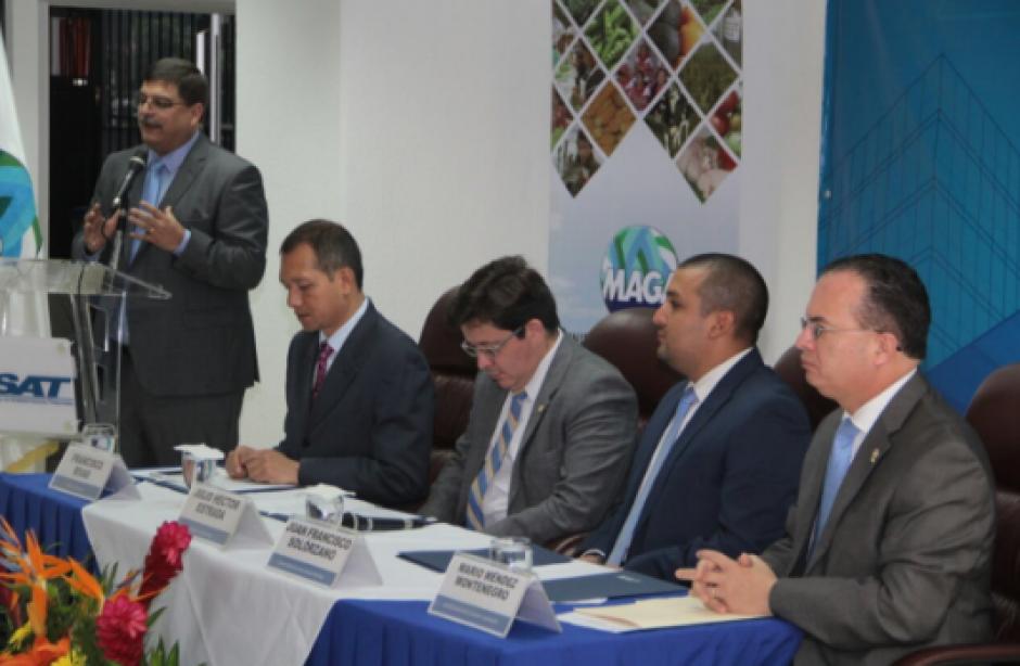 Comisionado Quique Godoy aplaudió la firma que mejorará la competitividad en aduanas. (Foto: Mingob)
