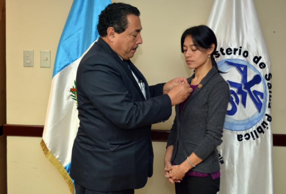 El exfuncionario impuso el pin a la nueva ministra. (Foto: MSPAS)