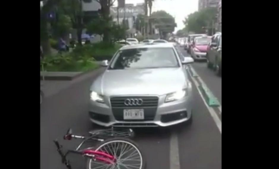 El conductor manejaba por la ciclovía arrollando a un ciclista. (Foto: Youtube)