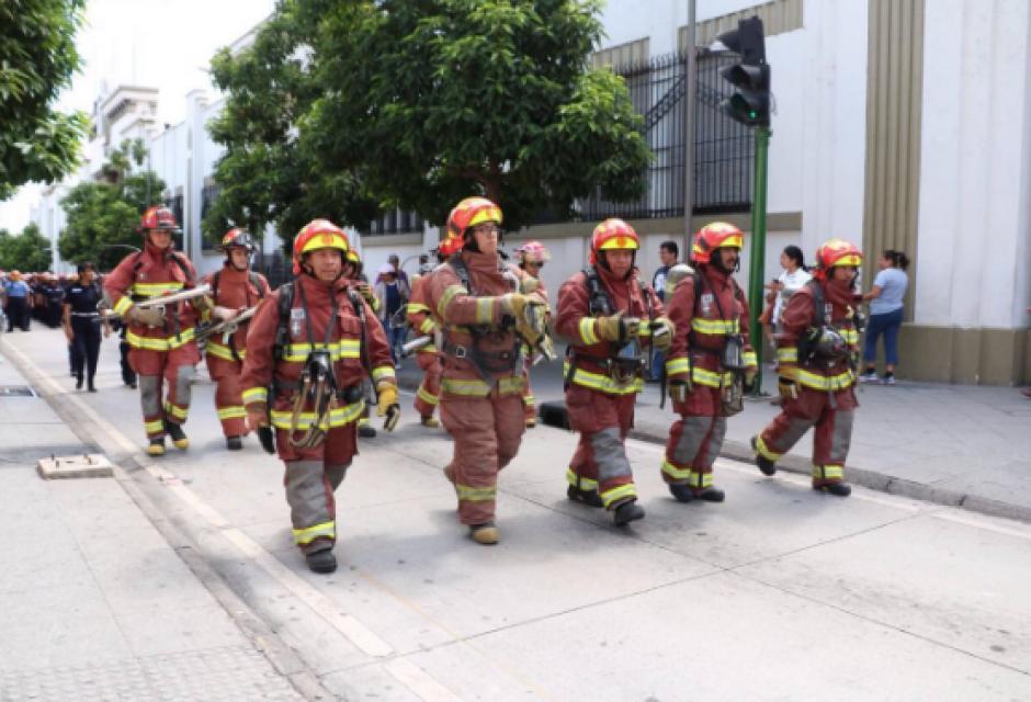 Los cuerpos de rescate desfilaron por las calles de la capital.  (Foto: Bomberos Municipales)