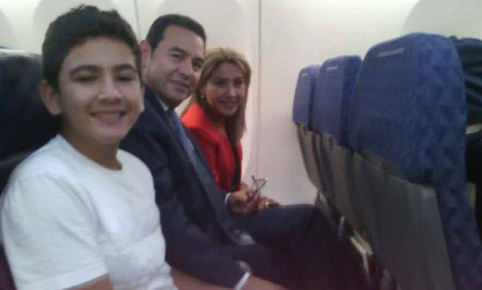 En la foto se ve al Presidente viajando junto a su esposa y uno de sus hijos. (Foto:Twitter)