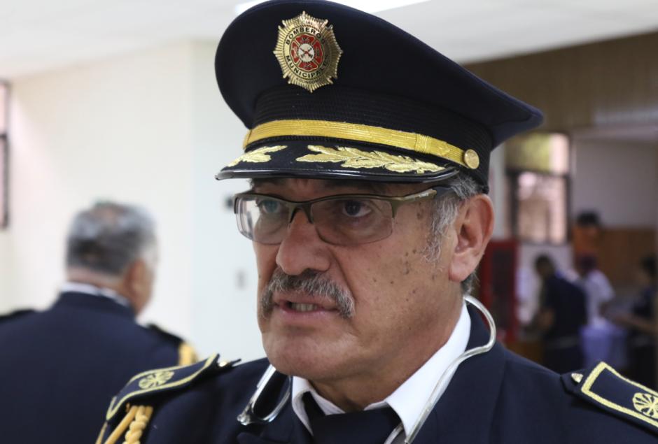 El comandante Mazariegos aprovechó para pedirle una actualización presupuestaria. (Foto: Alejandro Balán/Soy502)