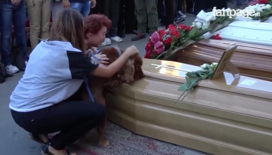 El perro olfateaba el féretro de su dueño. (Foto: Youtube)