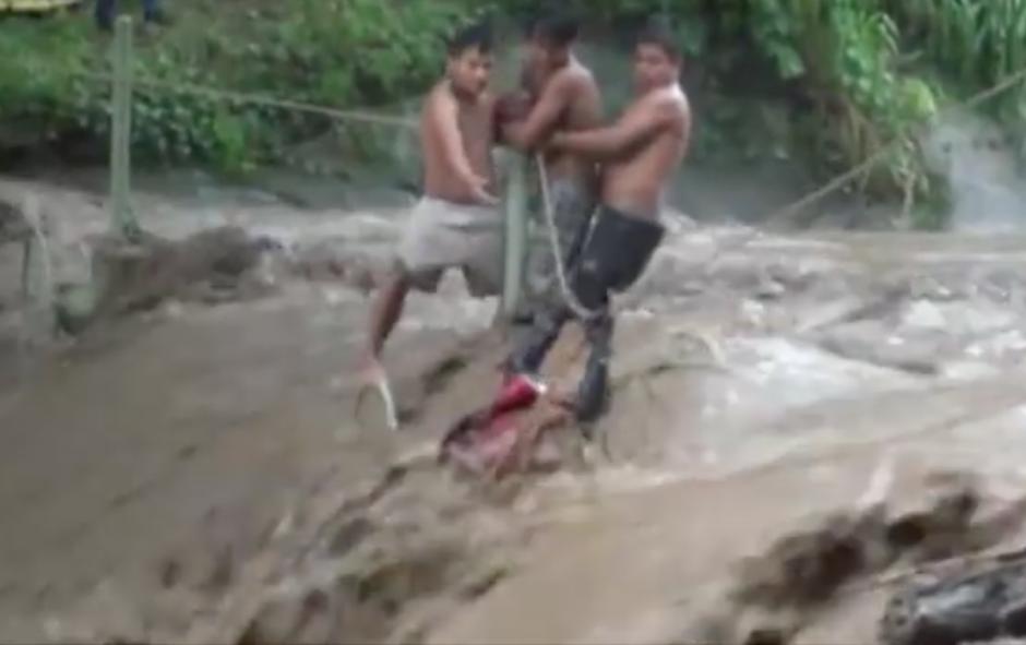 Aguilar fue arrastrado por el río cuando intentaba rescatar a unos jóvenes. (Foto: Youtube)