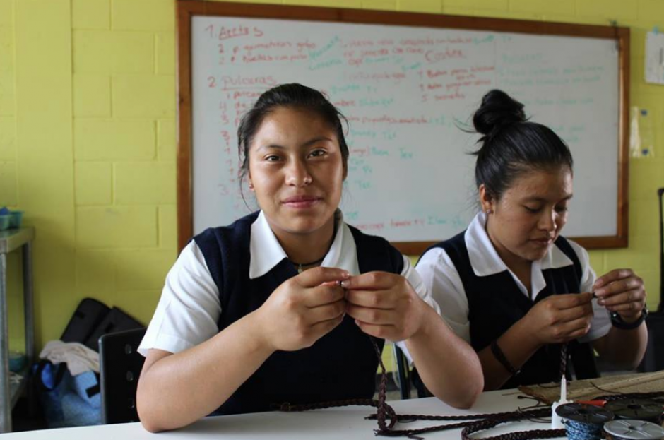 Las niñas de la Casa Hogar de Jalapa impregnan sus huellas en sus productos. (Foto: Facebook)