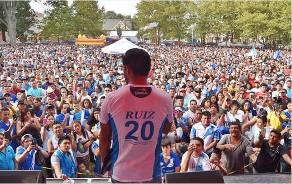 Carlos Ruiz fue parte del desfile de independencia de los guatemaltecos en Estados Unidos. (Foto: Instagram)