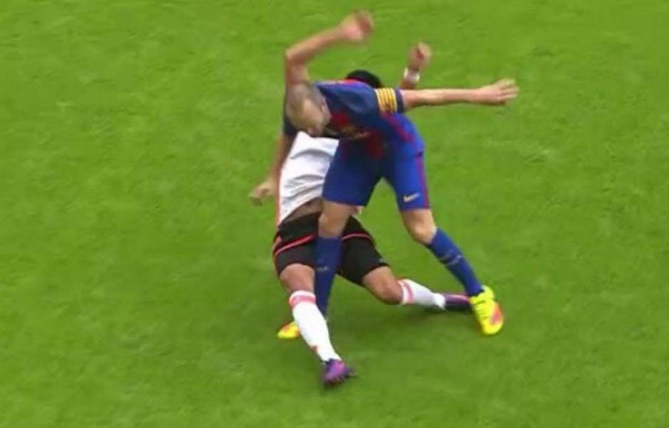 Esta fue la dura entrada que recibió Iniesta. (Foto: Captura de imagen)