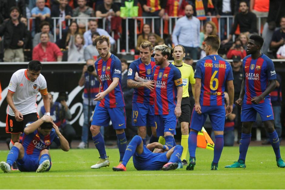Neymar y Suárez recibieron un botellazo desde los graderíos. (Foto: Twitter)