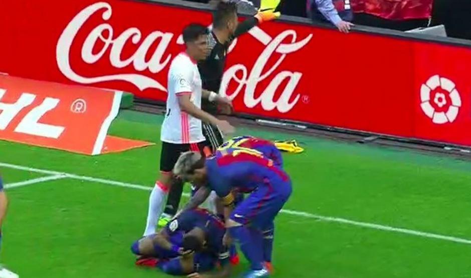 Messi auxilió a su compañero Neymar, tras el botellazo. (Foto: Twitter)