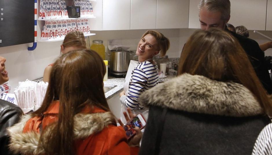 Johansson estuvo atendiendo el primer día de la tienda.  (Foto: AFP)