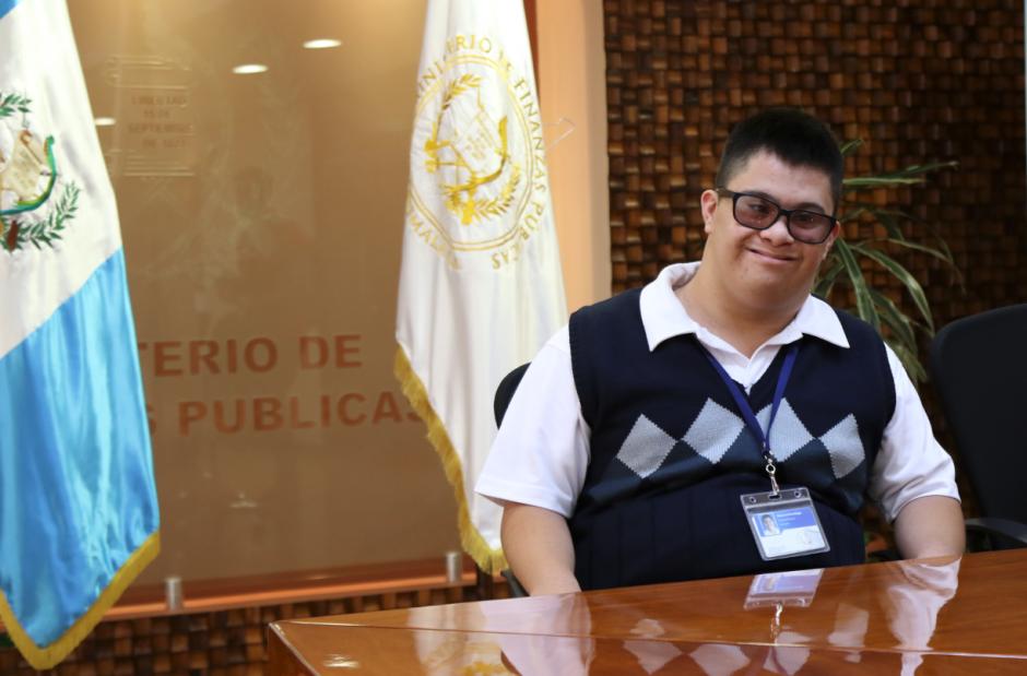 En el Salón Mayor, Diego pudo conocer a Jimmy Morales. (Foto: Alejandro Balán/Soy502)