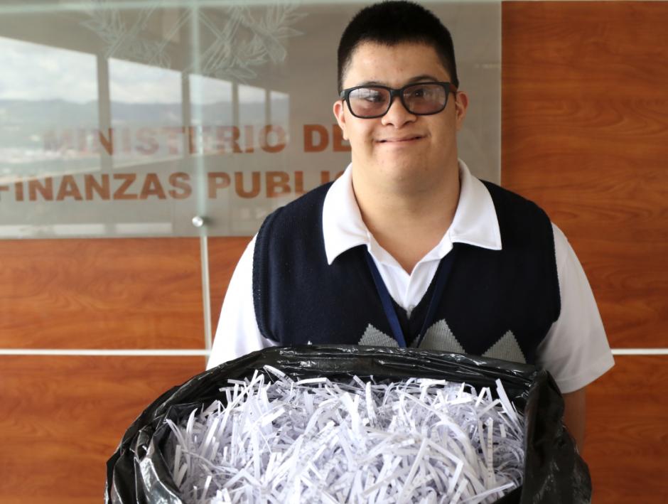 Una de sus misiones es reciclar documentos desde 2012. (Foto: Alejandro Balán/Soy502)