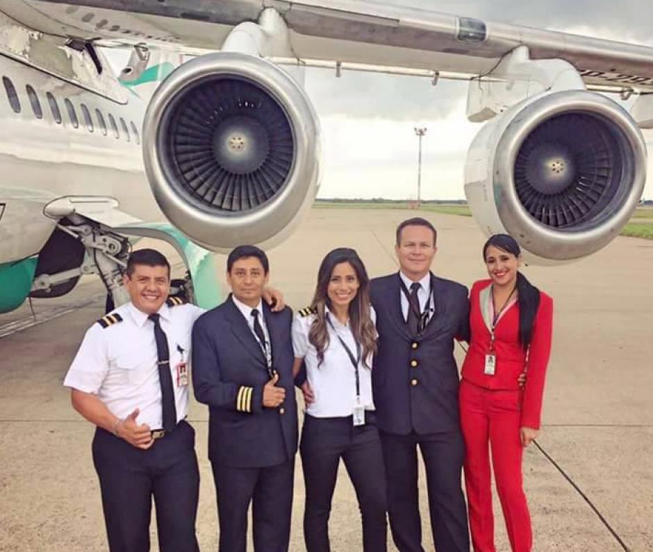 Ximena (traje rojo) se despidió de sus compañeros de vuelo. (Foto: Facebook)