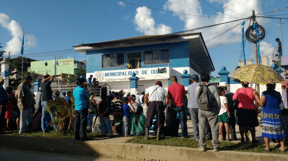 Mientras el Concejo votaba, un grupo de pobladores manifestó frente a la Municipalidad. (Foto: Oswaldo Ical Jom/Twitter)