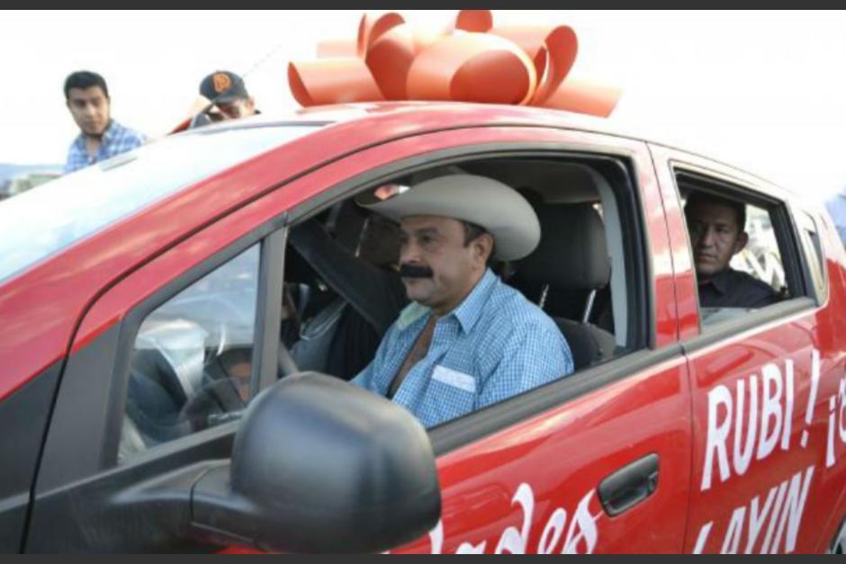 El alcalde que reconoció en la anterior campaña haber robado poquito durante su mandato le obsequió un auto a la quinceañera más famosa de México. (Foto: Infobae)