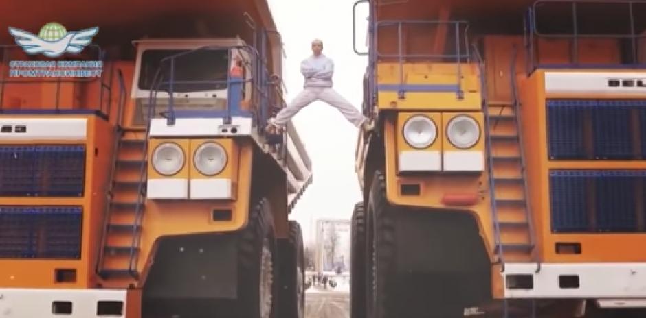 El ejercicio es entre dos camiones en movimiento. (Foto: Youtube)