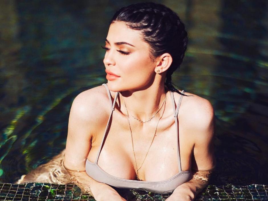 Kendall Jenner aprovechó para hacer una sesión en la piscina. (Foto: Instagram)