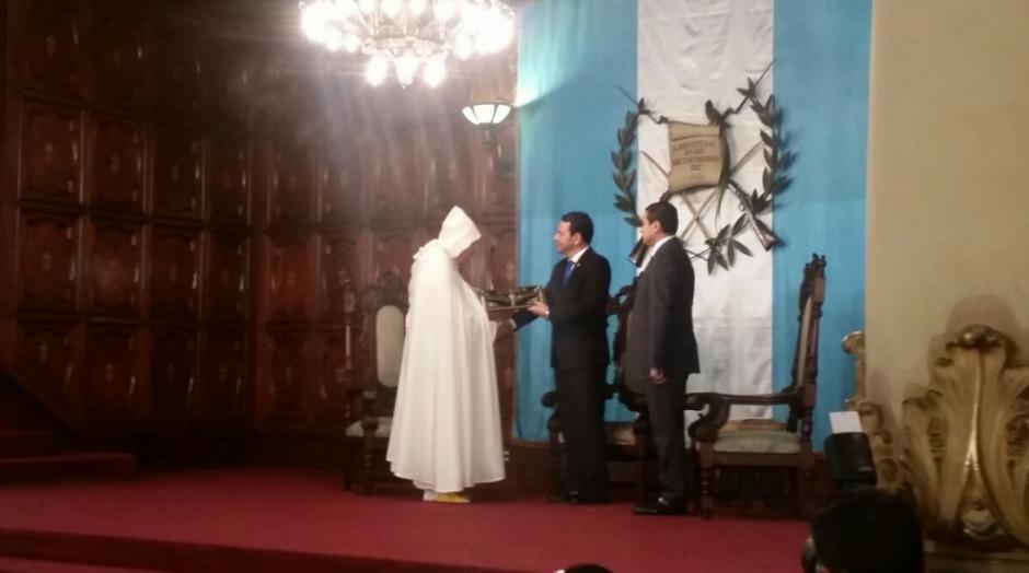 La fotografía llamó la atención por el peculiar traje del embajador. (Foto: Gobierno)
