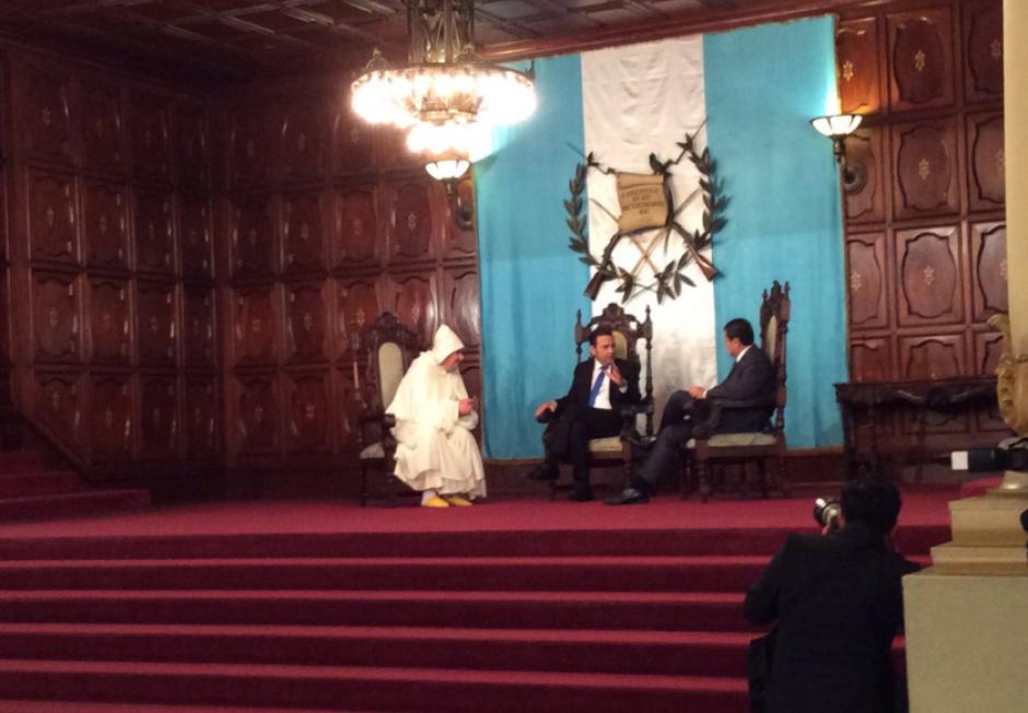 El embajador portó una túnica marroquí conocida como chilaba. (Foto: Gobierno)