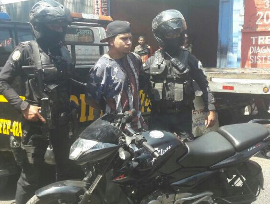 El capturado fue detenido con una moto robada. (Foto: PNC)