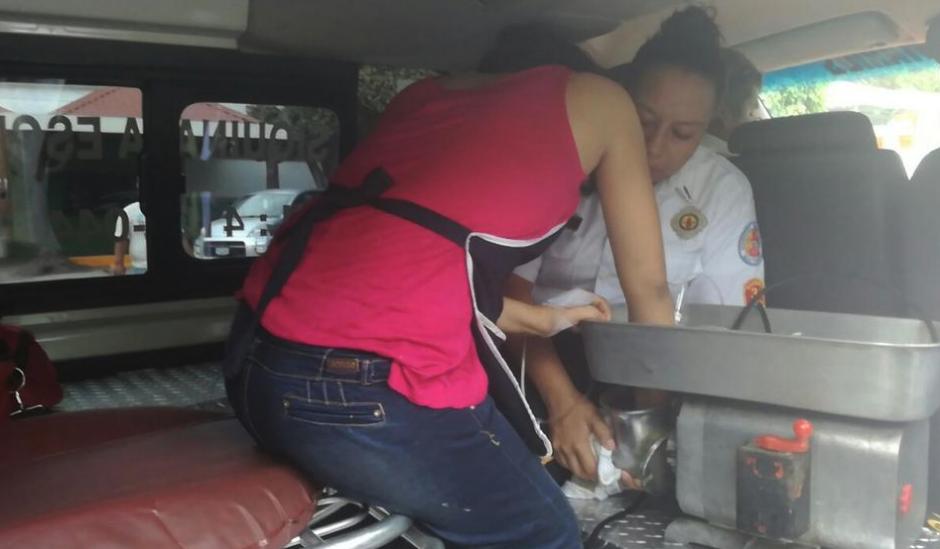 La joven fue atendida y en el hospital le consiguieron sacar la mano. (Foto: Bomberos Voluntarios)