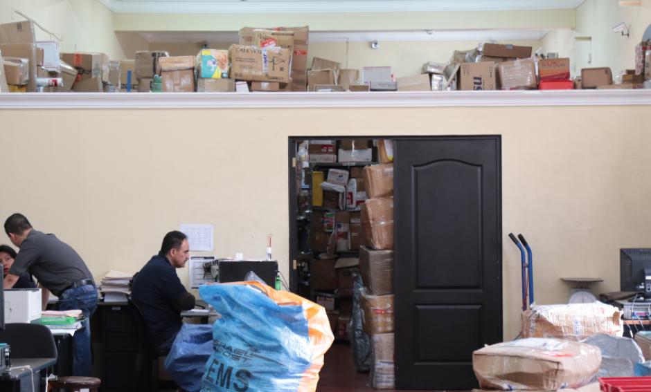 Correos y Telégrafos acumula al menos 2 mil sacos en sus bodegas. (Foto: Alejandro Balán/Soy502)