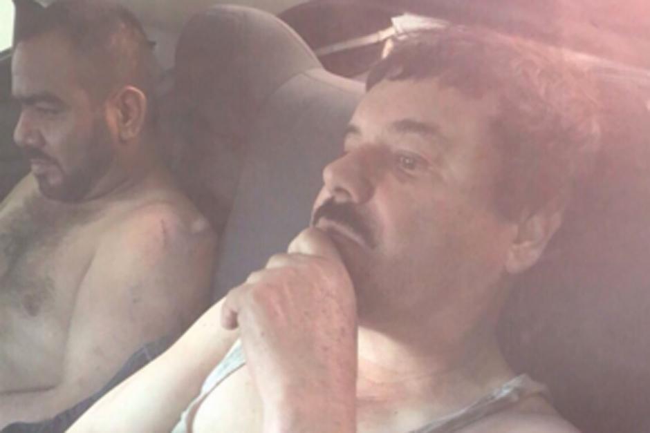 """Se filtra la primera fotografía de la captura de Joaquín """"El Chapo"""" Guzmán al concluir un fuerte operativo este viernes. (Foto: Azteca Noticias/México)"""