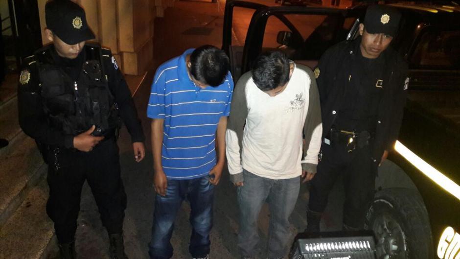 Dos presuntos sicarios fueron detenidos en Santa Catarina Pinula tras atacar a un taxista. (Foto: PNC)