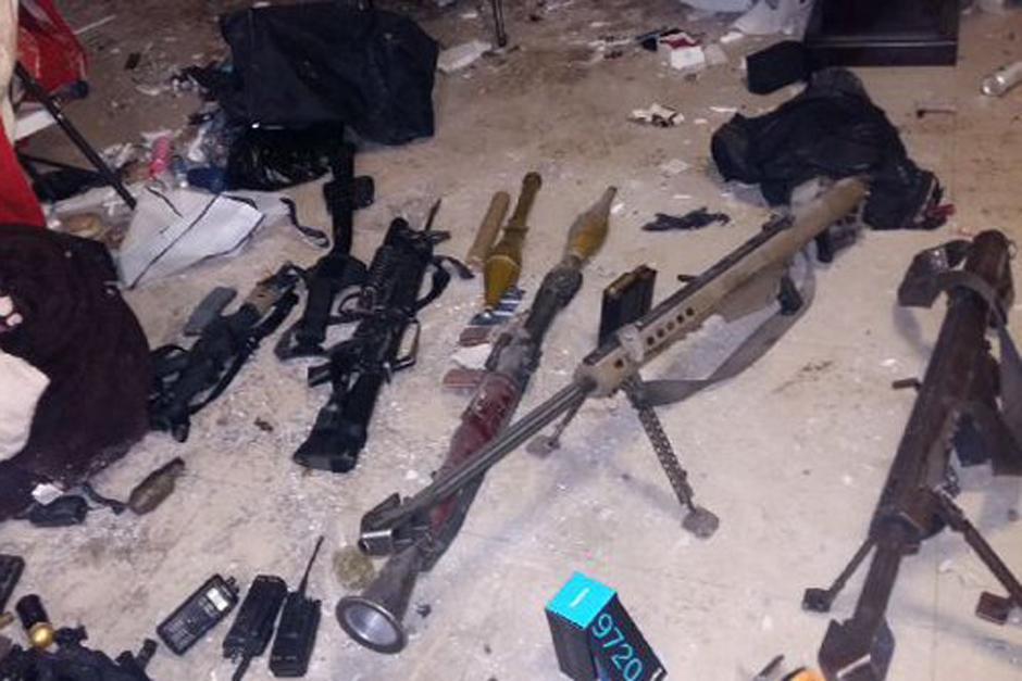Armas y lanza granadas fueron decomisados de los narcotraficantes. (Foto: LópezDóriga/México)
